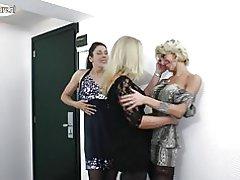 Amater lezbejka majke jebemo jedna drugu u 3some